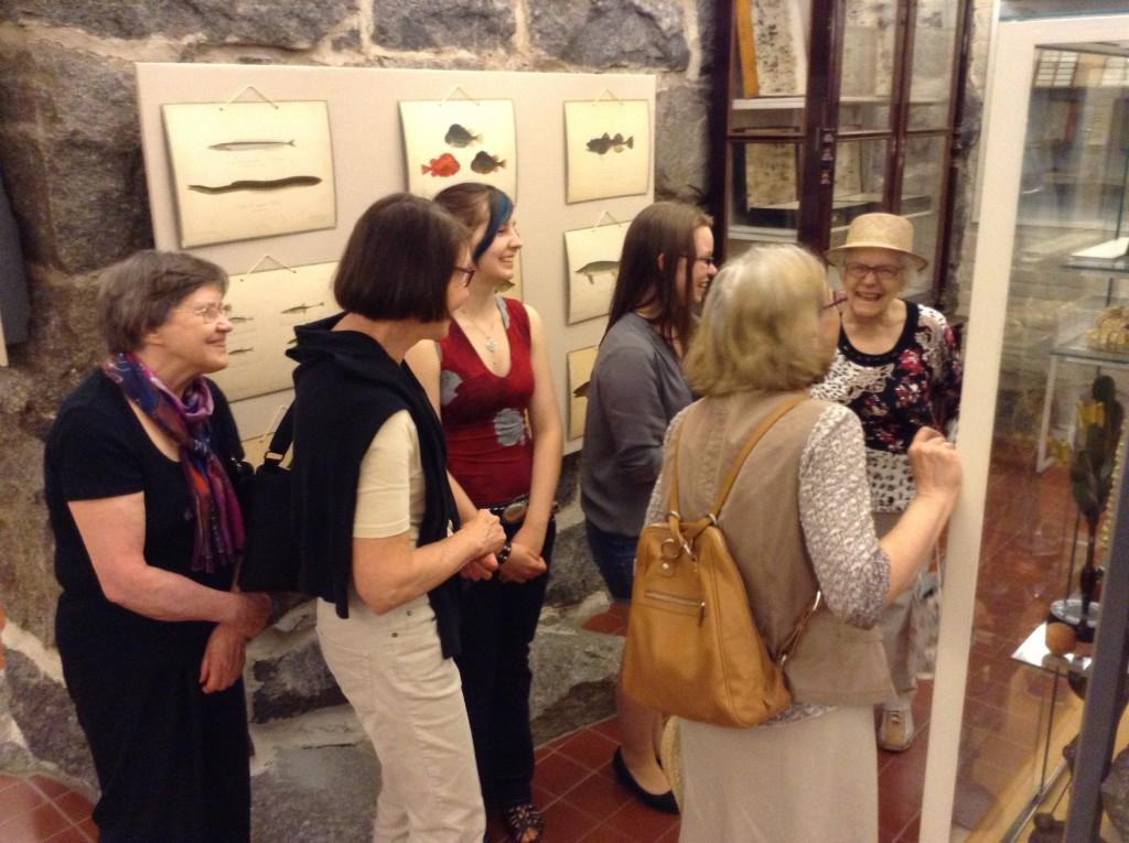 JYLY:n aloitteesta on mm. perustettu Lyseon museo. Kuvassa museo-oppaina Inga Delahay (punainen paidassa) ja Roosa Berg (harmaassa paidassa). Kuva: Raili Kivelä.