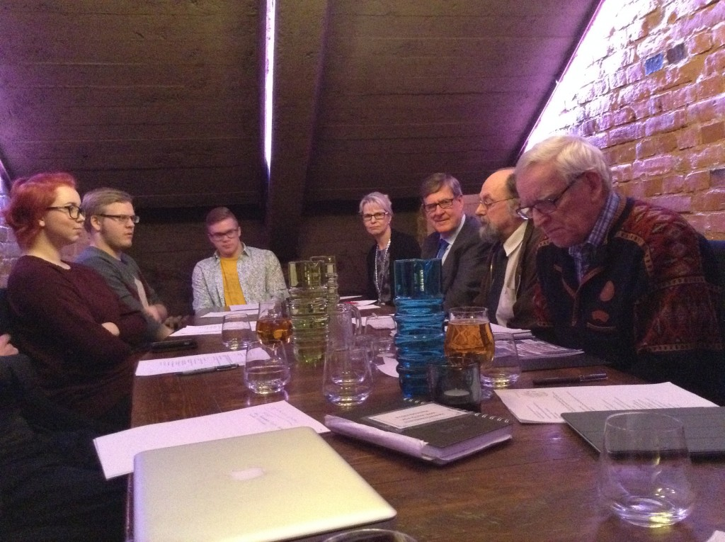 JYLY:n hallitusta ja nykyopiskelijoita Harmooni-ravintolassa. Kuva: Raili Kivelä