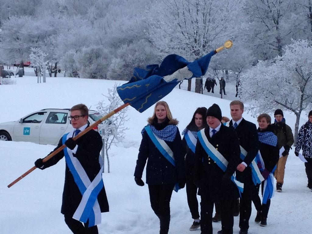 Lyseolaiset marssivat Viitaniemen evakkotiloista Harjun kampukselle. Kuva: Raili Kivelä.