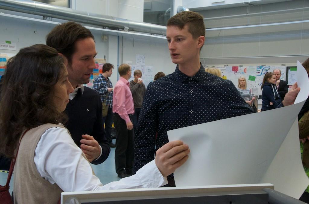Arkkitehdit suunnittelemassa yhdessä opiskelijoiden kanssa. Kuva: Raili Kivelä.