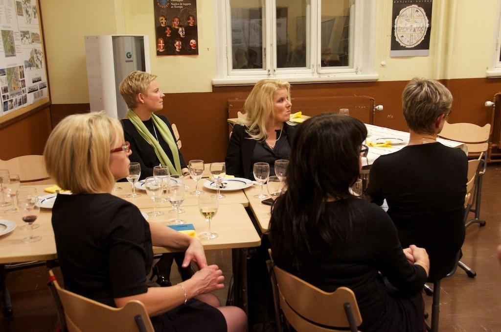 Jylyläisiä kuuntelemassa arkkitehti Jani Janssonin esitelmää Lyseon 155-vuotisjuhlissa. Kuva: Raili Kivelä