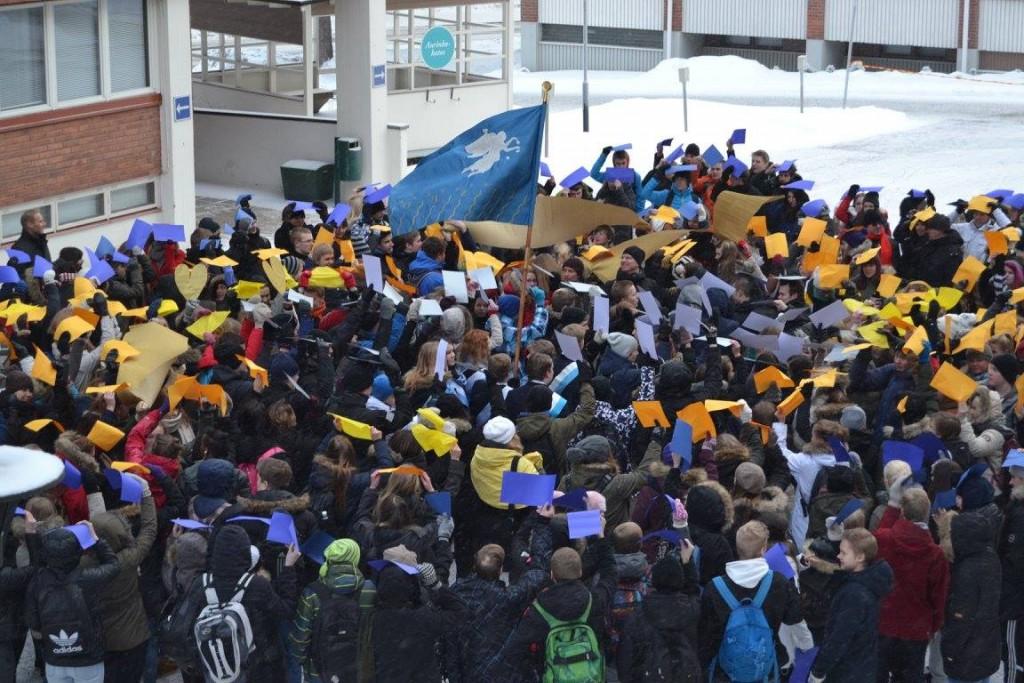 Sepän lukion ja Tikkakosken lukion opiskelijat liittyvät lyseolaisten joukkoon. Kuva: Raili Kivelä.